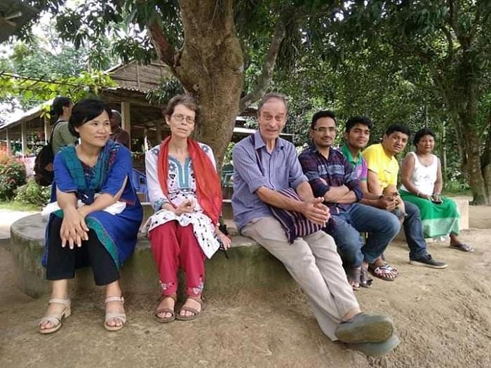 আসকিপাড়ায় চিসিম বাড়ির আমগাছতলায় ব্রাদার গিয়োম ও বন্ধুগণ