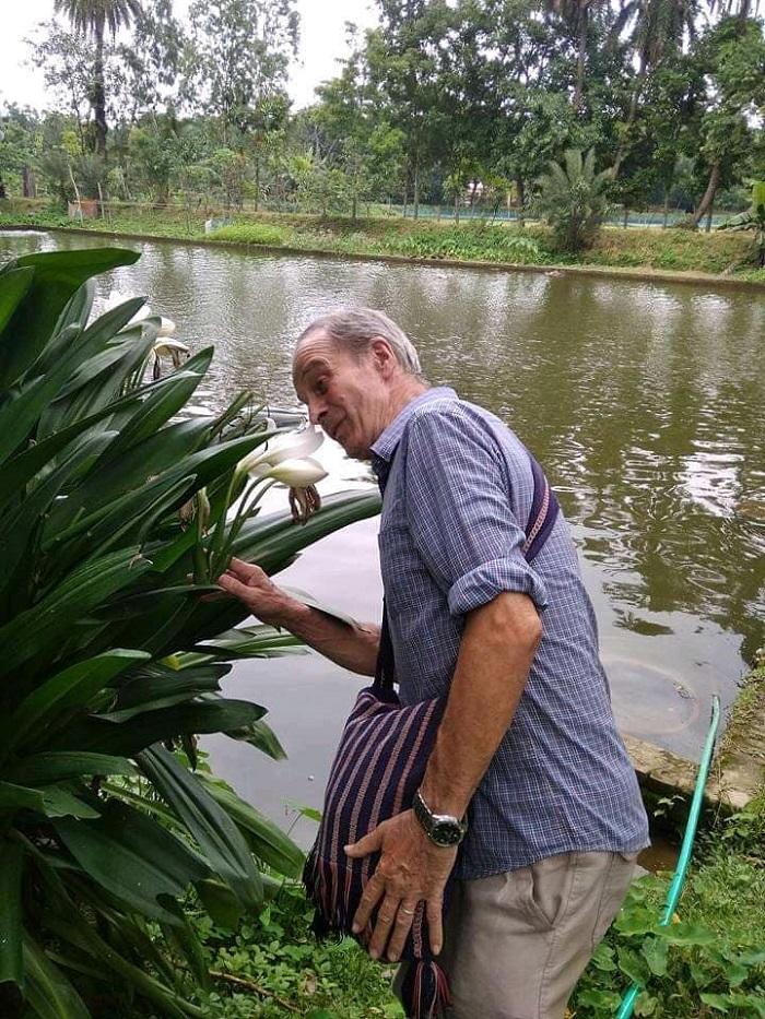 আসকিপাড়ায় পদ মোড়লের পুকুর পাড়ে ব্রাদার
